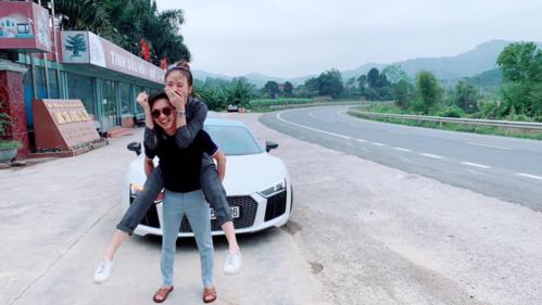 Cường Đôla cõng bạn gái khi ở Lạng Sơn.