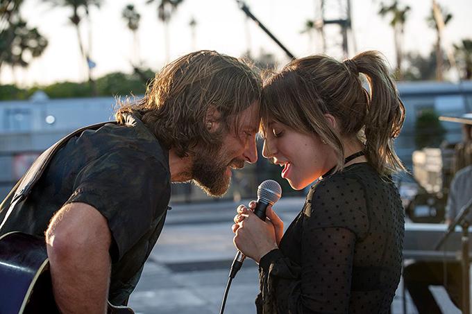 Một khoảnh khắc đẹp của Lady Gaga và bạn diễn Bradley Cooper trong A Star Is Born. Bradley Cooper cũng nhận đề cử Quả Cầu Vàng hạng mục Nam diễn viên chính xuất sắc phim điện ảnh tâm lý.