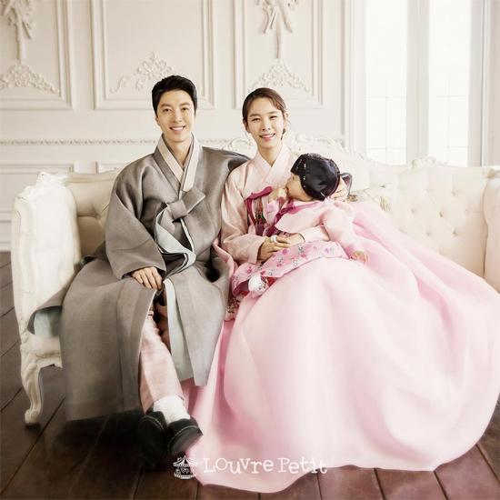 Vợ chồng Lee Dong Gun hạnh phúc bên con.