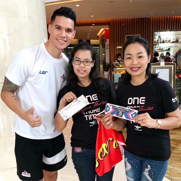 Thủ thành Philippines bên hai fan nữ Thái Lan trước trận bán kết lượt về AFF Cup