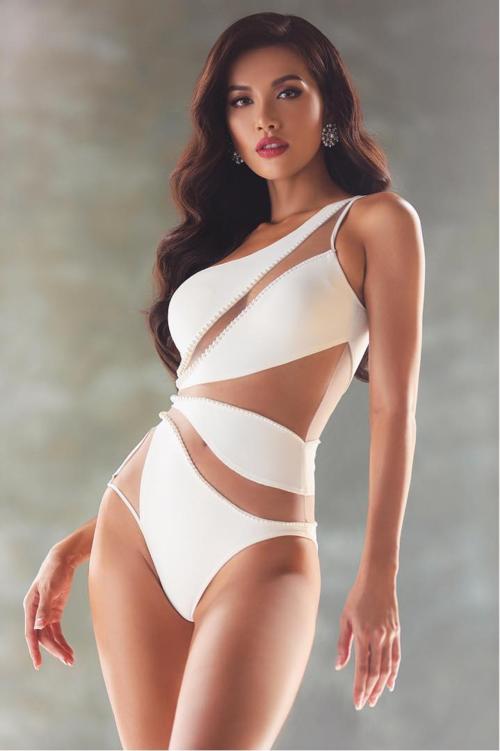 Minh Tú nóng bỏng với bikini cắt xẻ táo bạo.