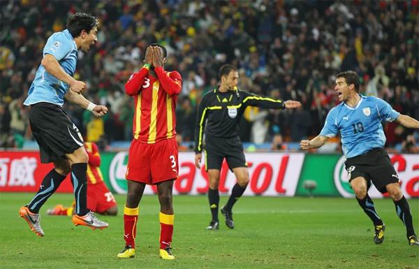 Tuyển Ghana cũng bỏ lỡ cơ hội định đoạt trận đấu trên chấm 11m rồi sau đó để thua Uruguay