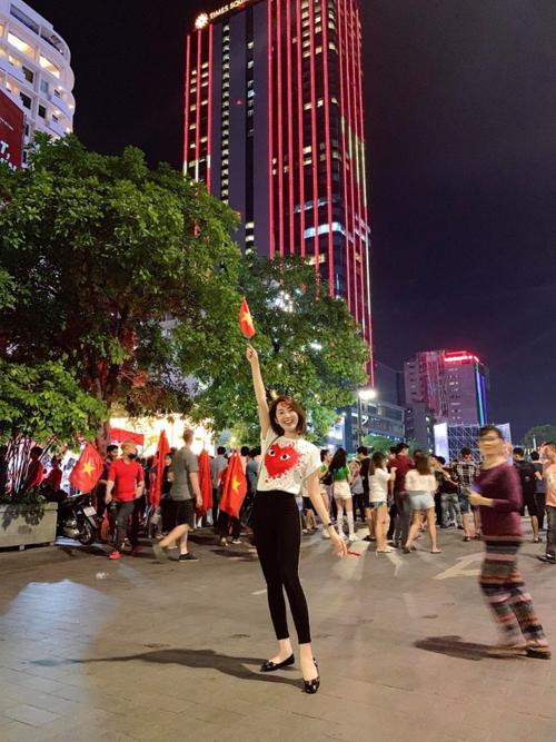Diễn viên Thúy Ngân phim Gạo nếp gạo tẻ hạnh phúc khi đi ăn mừng Việt Nam chiến thắng.
