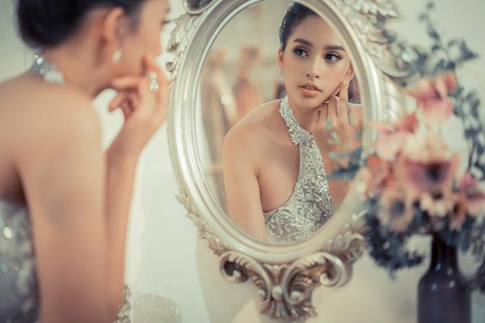 Bộ ảnh do stylist Nguyễn Thiện Khiêm, chuyên gia trang điểm Triệu Hải hỗ trợ thực hiện.