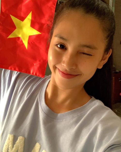 Hoa hậu Tiểu Vy để mặt mộc selfie chúc mừngđội tuyển Việt Nam thắngPhilippines dù đang tham dự Miss World tại Trung Quốc.