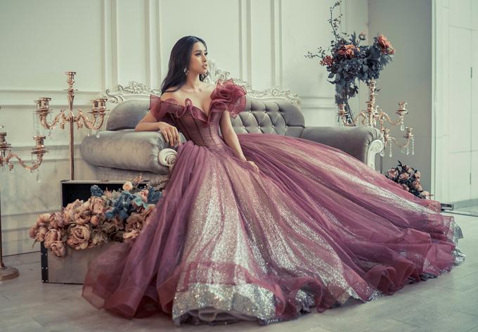 Hoa hậu gợi cảm, quyến rũ với váy trễ vai, tùng xòe rộng cổ điển.