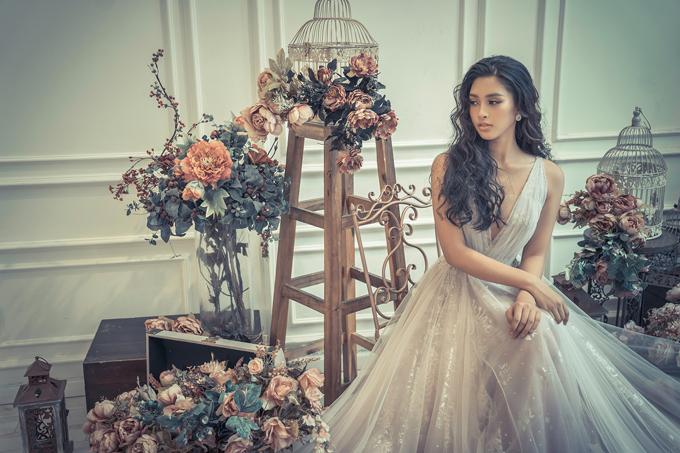 Tiểu Vy tiết lộ, bộ váy cô mặc trong chung kết Hoa hậu Việt Nam 2018 cũng do nhà thiết kế Anh Thư thực hiện. Người đẹp vui khi được trở thành nàng thơ góp mặt tại show diễn Mirror Mirror quy tụ nhiều ngôi sao đình đám.