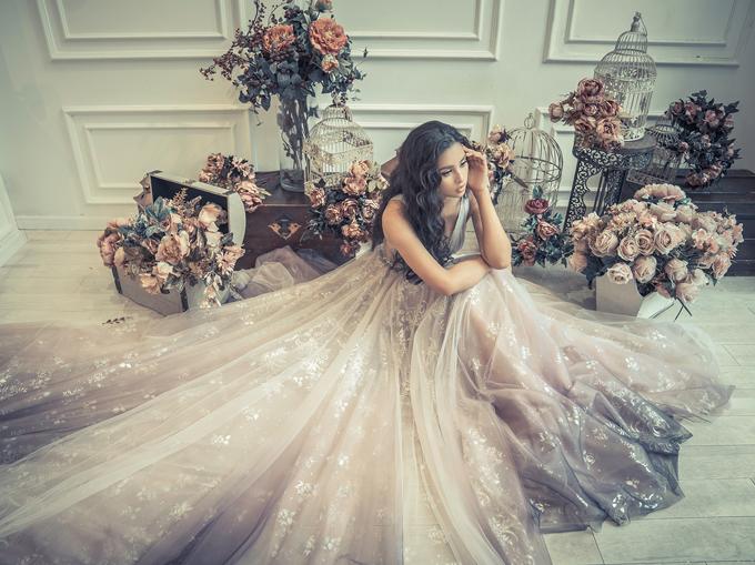 Chất liệu vải voan bồng bềnh tôn vẻ lộng lẫy, kiêu sa cho người mặc.