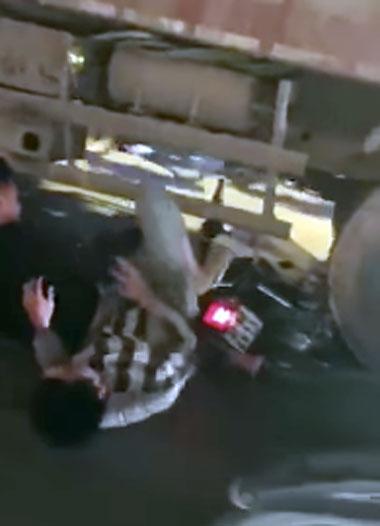 Hai nam thanh niên đi xe máy không làm chủ được tốc độ đã đâm vào xe tải và bị cuốn vào gầm. Ảnh: Xuân Phương