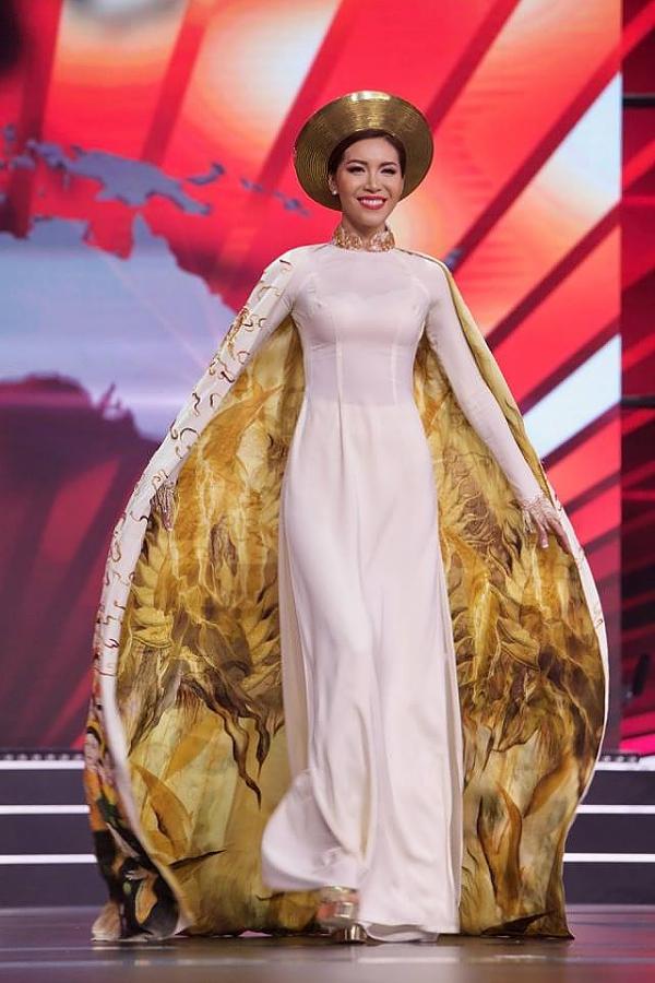 Người đẹp trình diễn áo dài hoàng bào do nhà thiết kế Đinh Văn Thơ thực hiện trong đêm chung kết.
