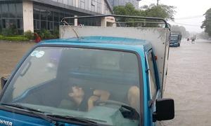 Hàng loạt ôtô chết máy do mưa lớn, hố tử thần tại Nghệ An
