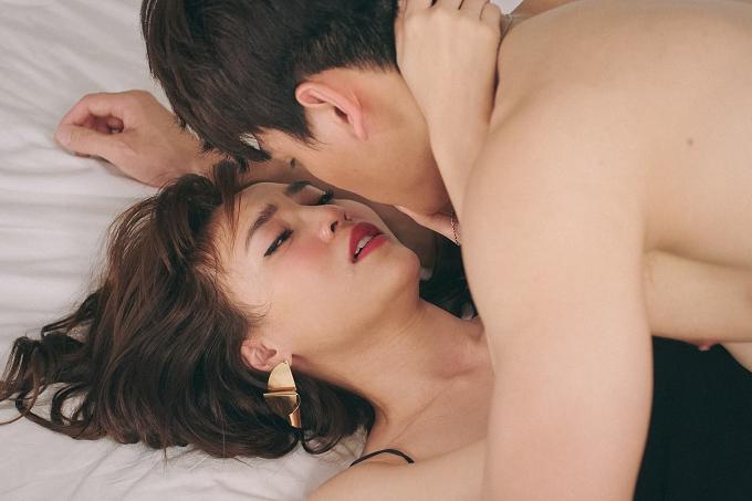 Trong phim, hai nhân vật chính còn có màn khoá môi nóng bỏng. Xuân Tiền cho biết cả anh lần Lan Ngọc đều cố gắng chủ động, tập trung cho vai diễn thay vì cảm giác ngượng ngùng với nhau.