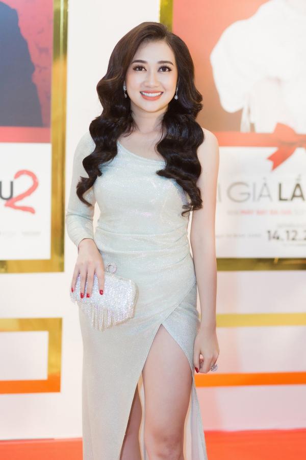 Diễn viên hài Phương Lan vào vai vai nữ y tá gốc Huế - Đài Trang. Tuy vai diễn là sở trường, nữ diễn viên sinh năm 1994gặp nhiều áp lực trướcthành công của đàn chị Việt Hương trong Gái già lắm chiêu phần 1.
