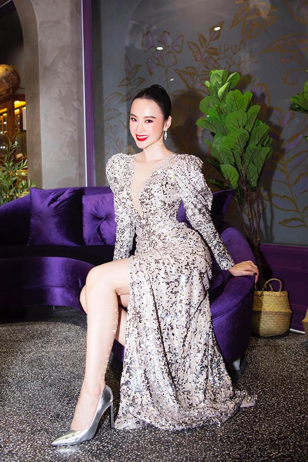 Đầu mùa đông 2018, xu hướng vải sequins đấu dấu sự trở lại mạnh mẽ. Angela Phương Trinh cũng nắm bắt nhanh nhạy trào lưu thịnh hành để thể hiện sự sành điệu.