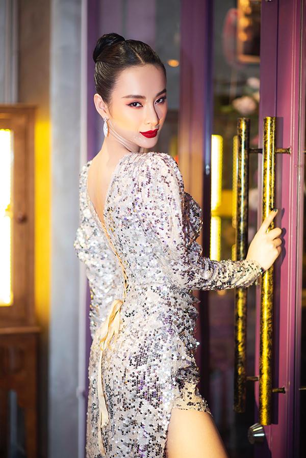 Ngoài chất liệu bắt sáng, trang phục đi tiệc của Nữ hoàng thảm đỏ còn được chăm chút các đường cut-out sắc nét.