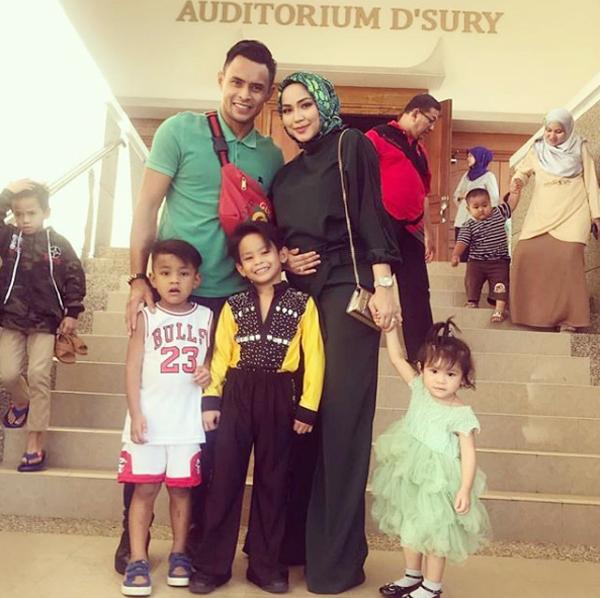Tổ ấm hạnh phúc của đội trưởng tuyển Malaysia bên cô vợ xinh đẹp đang mang bầu và ba đứa con đủ trai gái.