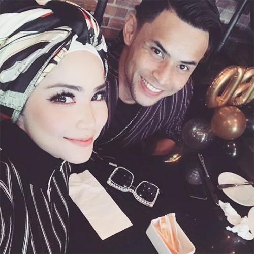 Ayu Raudhah và thủ quân Malaysia gặp nhau, nên duyên khi cả hai đều nổi tiếng. Đám cưới của hai người thu hút sự chú ý của truyền thông và fan.