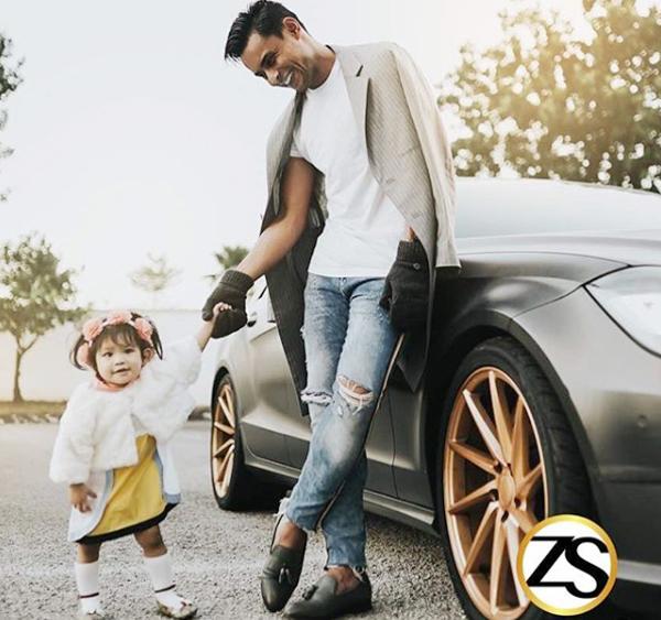 Ông bố cầu thủ bên cô con gái xinh xắn. Zaquan Adha tâm niệm: Thứ quý giá nhất mà một ông bố dành cho cô con gái chính là thời gian.