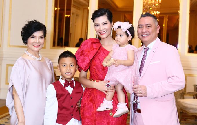 Mẹ ruột Vũ Cẩm Nhung (trái) luôn ở bên con gái trong quãng thời gian khó khăn nhất. Khi có hai cháu ngoại, bà rất hạnh phúc và hết lòng chăm sóc hai cháu giúp vợ chồng Vũ Cẩm Nhung.