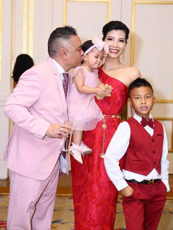 Người đẹp kết hôn vào năm 26 tuổi khi đã rời xa sàn catwalk để theo đuổi con đường kinh doanh. Hiện vợ chồng cô sống ở biệt thự rộng 500m2 ở TP HCM. Ông xã cô là một doanh nhân thành đạt, giàu có và hết lòng yêu thương vợ con.