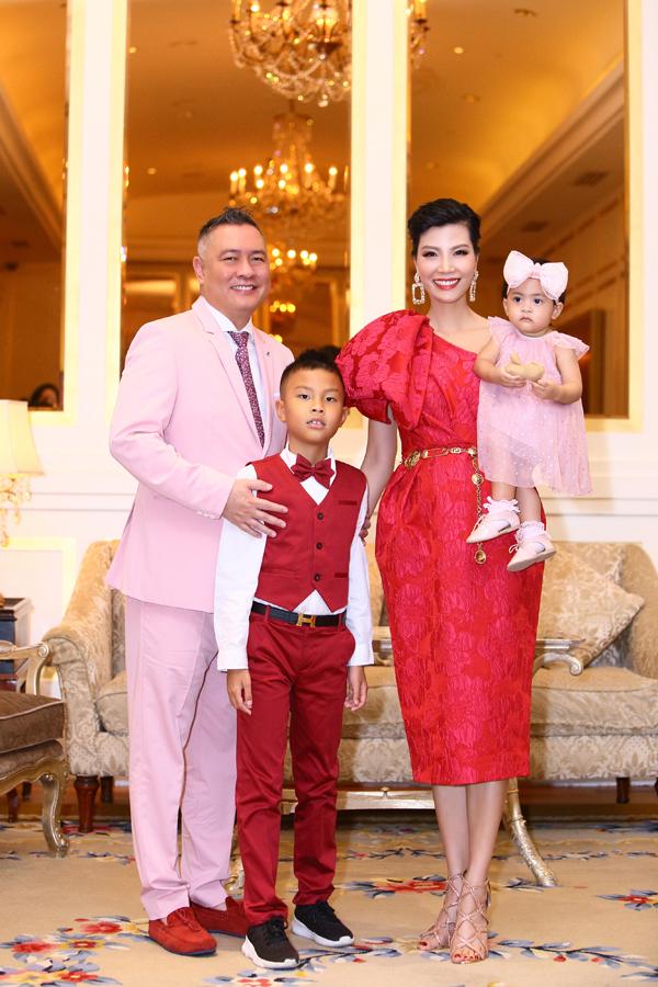Vợ chồng Vũ Cẩm Nhung và hai con mặc ton sur ton khi ghi lại những khoảnh khắc hạnh phúc bên nhau trong ngày con gái Vi Anh tròn 1 tuổi. Đây là lần hiếm hoi cựu siêu mẫu khoe tổ ấm sau nhiều năm ở ẩn.