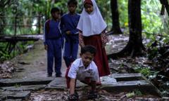 Cậu bé 8 tuổi bò hơn 3 km đến trường mỗi ngày