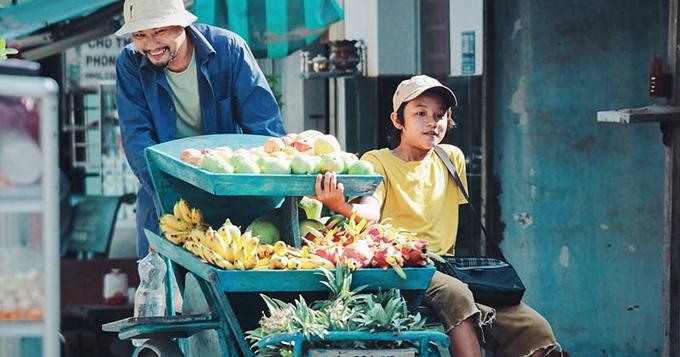 Bảo Bảo vào vai Á  con trai của anh câm bán trái cây dạo Tẻo do Huỳnh Đông đóng.