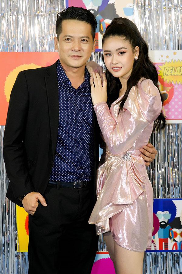 Diễn viên Hoàng Anh từng đóng cặp cùng Trương Quỳnh Anh trong phim truyền hình ăn khách Cuộc chiến hoa hồng đến chúc mừng đồng nghiệp thành bà chủ.