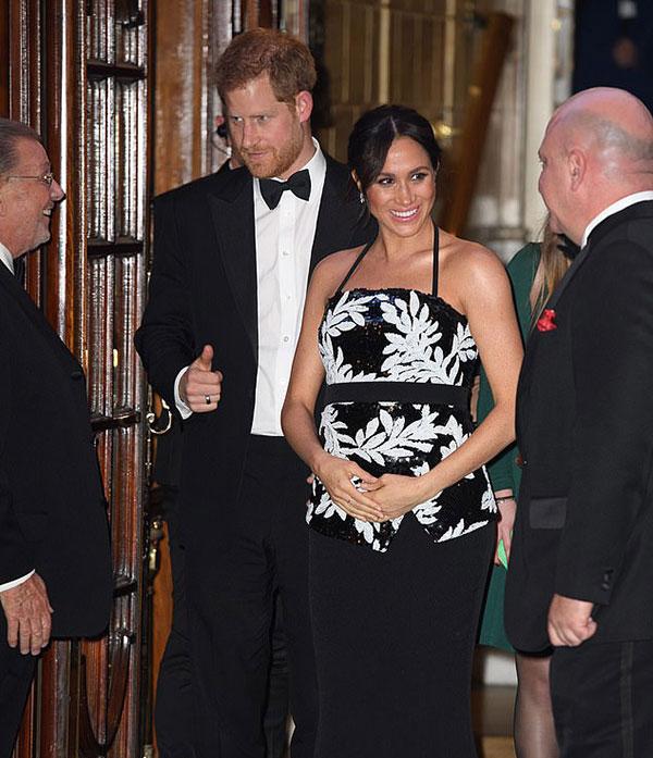 Vợ chồng Meghan - Harry dựbuổi biểu diễn Royal Variety Performance thường niêntổ chức tại nhà hát London Palladium tối 19/11. Ảnh: Rex.