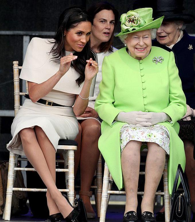 Nữ công tước xứ Sussex và Nữ hoàng Anh (ngồi hàng ghế trước), cùng trợ lý Samantha (ngồi phía sau bên trái), trong chuyến thăm hạt Cheshire hôm 14/6. Ảnh: PA Images.
