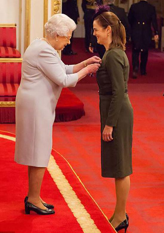 Nữ hoàng trao Huân chương Hoàng gia Victoria cho Samantha năm 2016. Ảnh: PA Images.