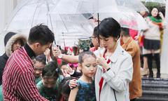 Xuân Lan cầm ô che cho mẫu nhí diễn thời trang