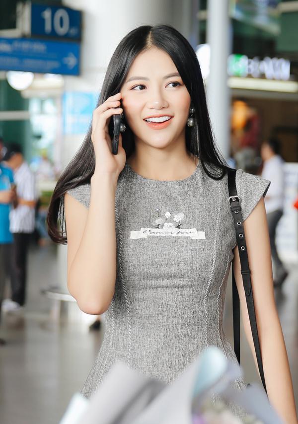 Phương Khánh ăn mặc đơn giản, thanh lịch ra sân bay Tân Sơn Nhất TP HCM. Tối 11/12 cô tổ chức tiệc mừng đăng quang Hoa hậu Trái đất 2018 nên đã mời hai người đẹp quốc tế sang Việt Nam tham dự.