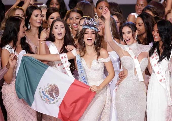 Vanessa Ponce hạnh phúc giơquốc kỳ Mexico trong khoảnh khắc đăng quang. Cô chia sẻ niềm tự hào khi mang về vương miện đầu tiên cho đất nước mình và hy vọng được người dân chào đón với điệu nhạc truyền thống Mariachi tại sân bay.