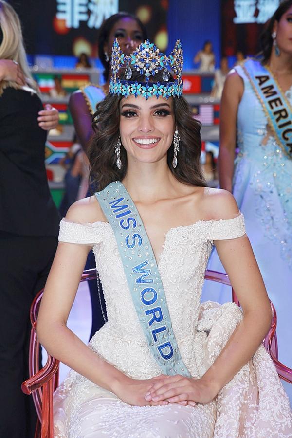 2. Là thí sinh lớn tuổi nhất đăng quang Hoa hậu: Vanessa Ponce sinh năm 1992 và bước qua tuổi 26 khi giành vương miện. Trước đây, haithí sinh đăng quang lớn tuổi nhất cũng chỉ dừng ở 24, đó làMiss World 1989 và 1997.