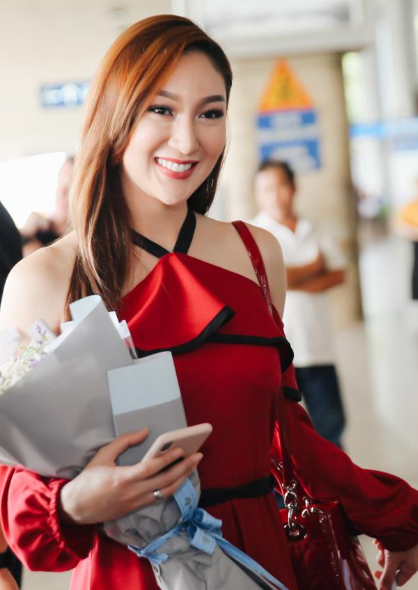 Đó là Hoa hậu Trái đất 2017 Karen Ibasco diện váy đỏ nổi bật, khoe nhan sắc rạng ngời.