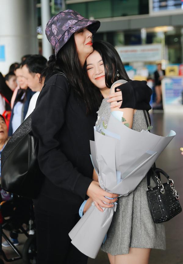 Á hậu Trái đất 2016 người Colombia Michelle Gomez ôm chặt Phương Khánh ở sân bay.