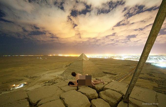 Nhiếp ảnh gia Hvidvà một phụ nữ làm chuyện ấy trên đỉnh kim tự tháp Giza hồi cuối tháng 11. Ảnh: Andreas Hvid.