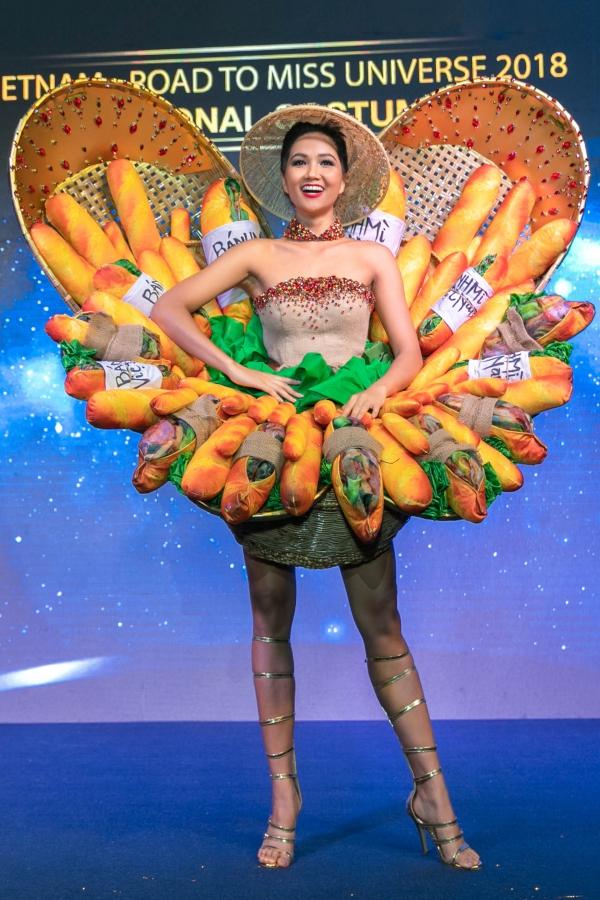 HHen Niê tự tin trình diễn trang phục Bánh mì tại Miss Universe - 1