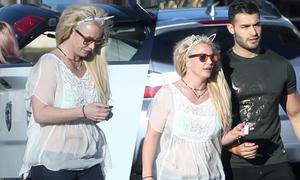 Britney Spears mặc thùng thình dạo phố cùng tình trẻ