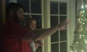Bé trai cười nắc nẻ khi bố làm 'ảo thuật ánh sáng'