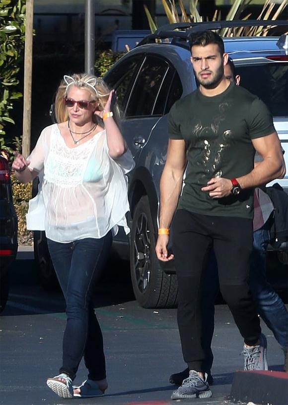 Britney Spears dạo bộ với phi công trẻ kém 13 tuổi Sam Asghari ở Los Angeles hôm 8/12. Nếu nhìn qua, người đi đường hẳn sẽ không nghĩ cô là công chúa nhạc pop Britney Spears.