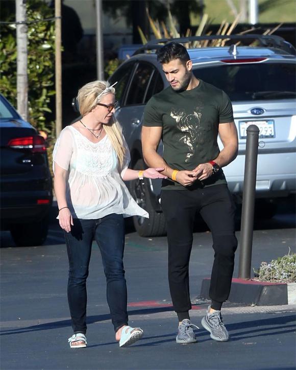Britney mặc chiếc quần jeans kiểu lỗi mốt, kết hợp với chiếc áo vừa diêm dúa, vừa rộng thùng thình. Điều khiến cô mất điểm hơn nữa là chiếc áo làm lộ bra (hoặc bikini) màu xanh ở bên trong. Britney còn tiện thể xỏ cả dép lê trong nhà ra phố.