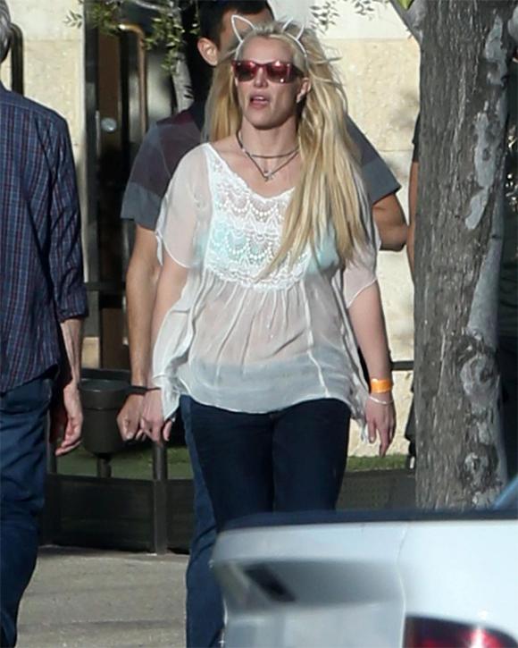 Britney luôn có phong cách ăn mặc xuề xòa, lôi thôi khi ra phố khác hẳn hình ảnh nóng bỏng mỗi khi lên sân khấu. Thời gian này, nữ ca sĩ đang tranh thủ nghỉ ngơi đón Giáng sinh và năm mới trước khi bắt đầu tour diễn cố định ở Las Vegas mang tên Britney: Piece of Me.