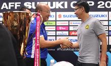 Ông Park và HLV Malaysia tươi cười bắt tay bên Cup
