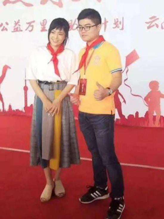 Aoi Sora đeo khăn quàng đỏ trong sự kiện hồi tháng 7 ở tỉnh Vân Nam, Trung Quốc. Ảnh: Weibo.