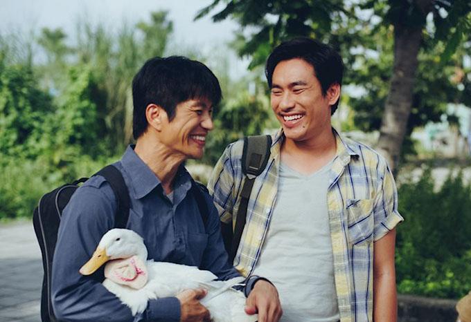 Kiều Minh Tuấn vào vai chàng trai nghèo, ngốc nghếch, thích ba hoa bên cạnh người anh họ mù hiền lành do Dustis Nguyễn thể hiện trong phim hài Tết 798 Mười. Ảnh: Galaxy.