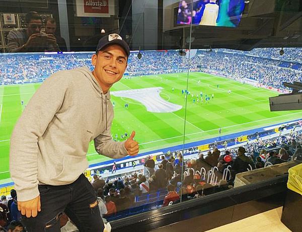 Từ Italy,  Paulo Dybala bay tới Tây Ban Nha xem trận đấu. Ngôi sao người Argentina cũng ngồi ở khu vực VIP.