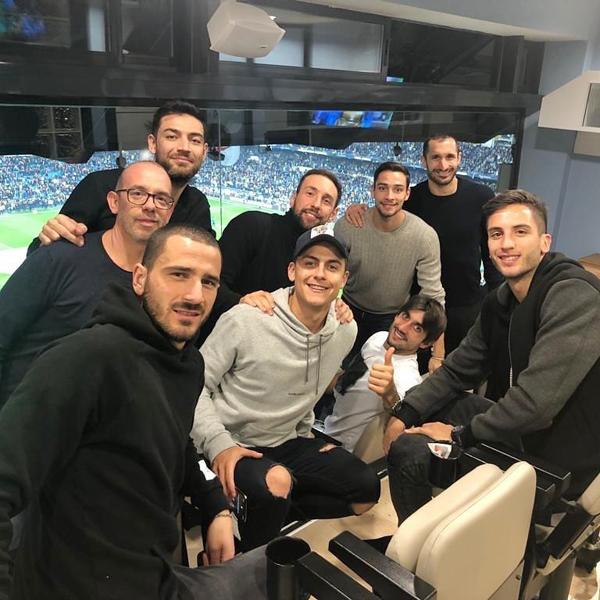 Hai đồng đội khác ở Juventus của Dybala là Chielini và Bonucci cũng tới sân.