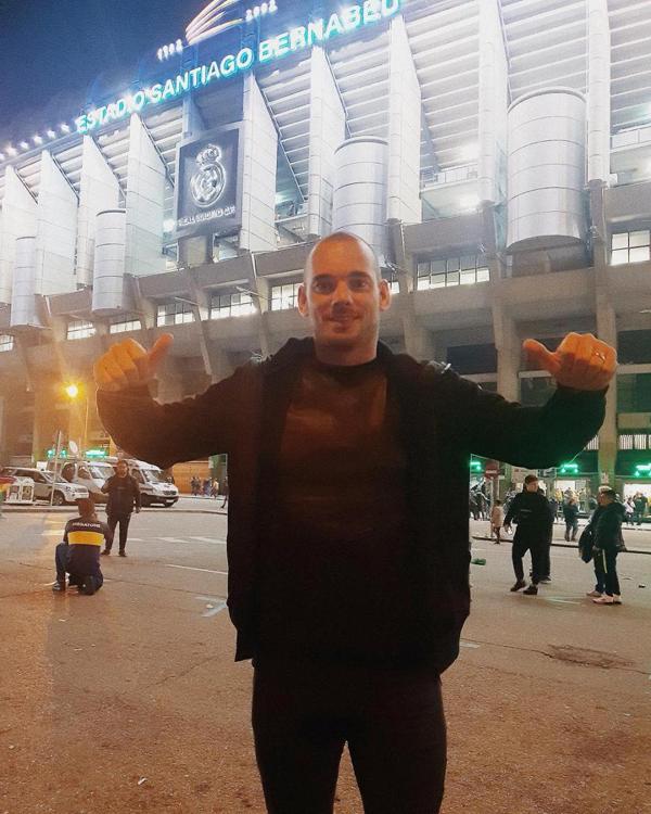 Danh thủ người Hà Lan, Wesley Sneijder vui vẻ chụp ảnh ngoài sânBernabeu, nơi anh từng gắn bó từ 2007 đến 2009 trong màu áo Real.